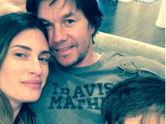 Mark Wahlberg mit Frau und Sohn - und einer Eidechse