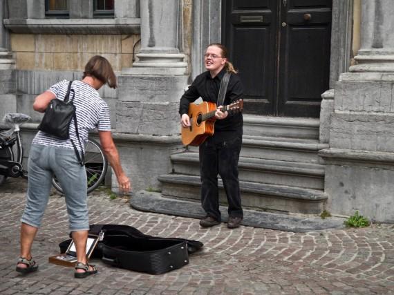 Angelo reist die Hälfte des Jahres als Solomusiker quer durch die Republik. Er begibt sich in das größte Abenteuer seines Lebens - will sein Geld wie seine Vorfahren verdienen: auf der Straße.