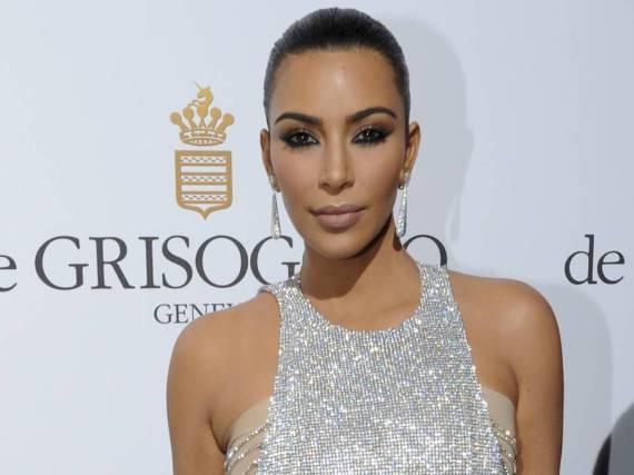 Kim Kardashian zeigt sich in einem Outfit von Lan Yu Couture in Cannes