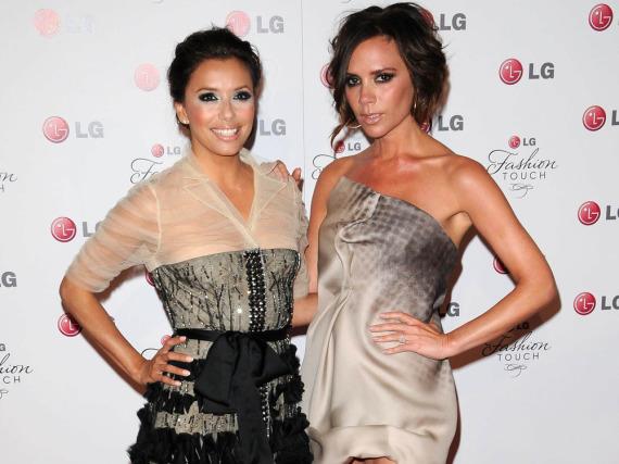 Victoria Beckham (rechts) soll das Hochzeitskleid von Eva Longoria entworfen haben