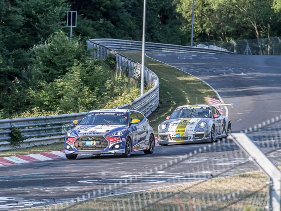 Porsche und Hyundai kämpfen um den Sieg auf der legendären  Nordschleife des Nürburgrings