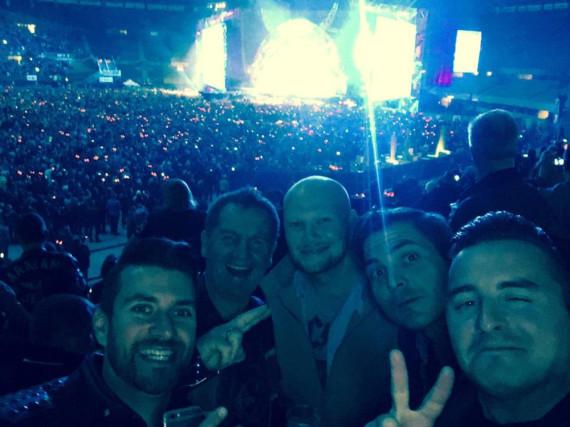 Andreas Gabalier (r.) mit Freunden beim AC/DC-Konzert in Wien