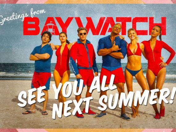 Dwayne Johnson (3.v.r.) und Zac Efron (3.v.l.) posieren mit ihren Kolleginnen am Strand