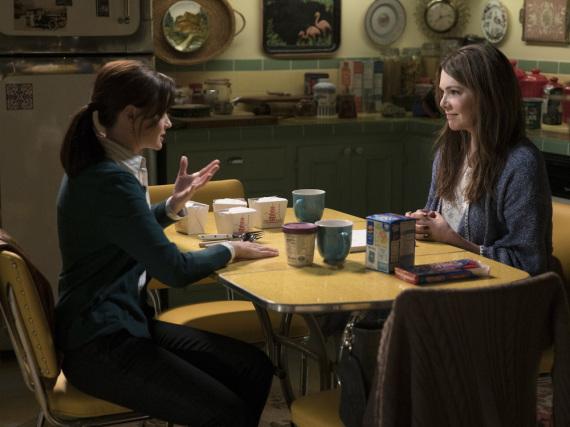 Alte Zeiten? Lagebesprechung zwischen Rory (A. Bledel, l.) und Lorelai (L. Graham) wie gewohnt bei chinesischem Essen, Kaffee und Eis