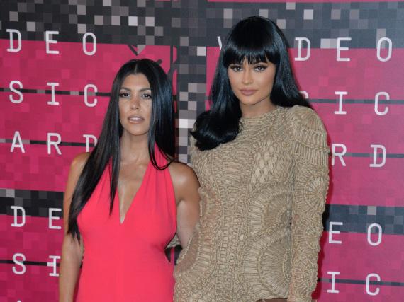 Kourtney Kardashian (li.) wurde von ihrer jüngeren Schwester Kylie reingelegt