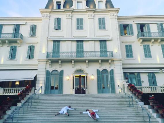 Kein typisches Liebesfoto: Katy Perry und Orlando Bloom auf den Treppenstufen eines Hotels