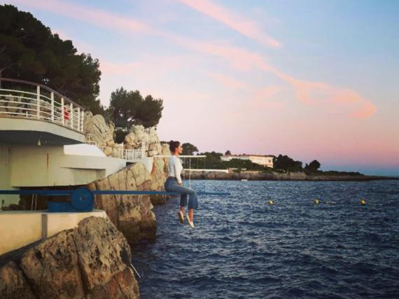 Alessandra Ambrosio genießt eine traumhafte Aussicht über dem Meer