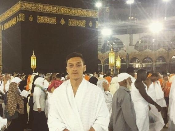 Mesut Özil posiert vor der Kaaba in Mekka.