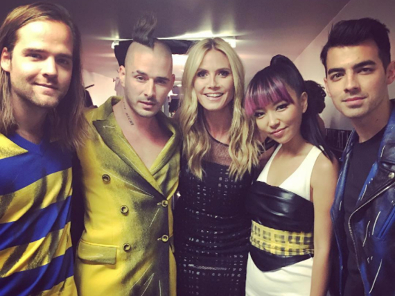 Heidi Klum mit der Band DNCE bei den Billboard Music Awards