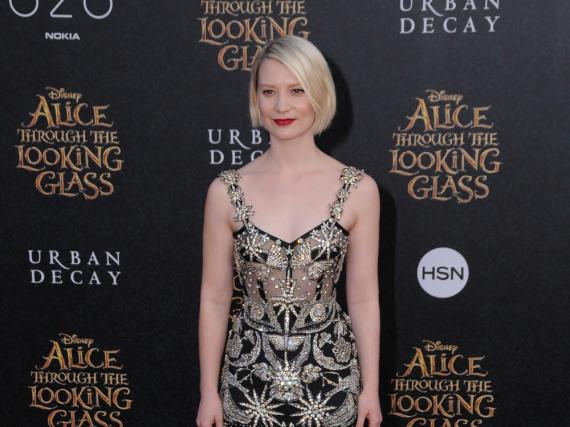 Mia Wasikowska kleidet sich passend zum Film ganz märchenhaft