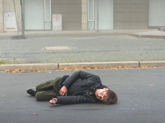 In Magdeburg fällt ein kleiner Junge mitten auf der Straße tot um