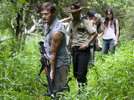Norman Reedus (vorne) als Daryl in der Zombie-Serie
