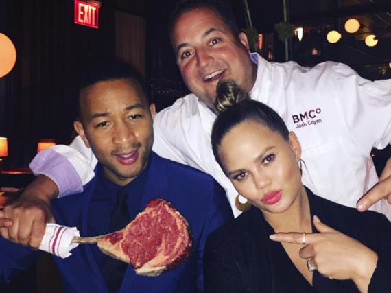 Chrissy Teigen und ihr Ehemann John Legend (l.) lieben saftige Proteine mehr als knackiges