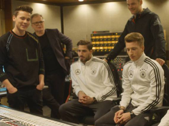 Felix Jaehn und Herbert Grönemeyer präsentieren den Kickern der Fußball-Nationalmannschaft ihren EM-Song 2016