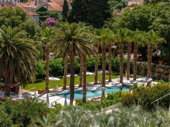 Gartenbereich mit Außenpool vom Hotel Lemongarden