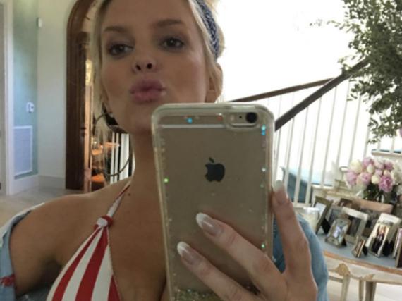 Jessica Simpson feierte den Memorial Day im Bikini