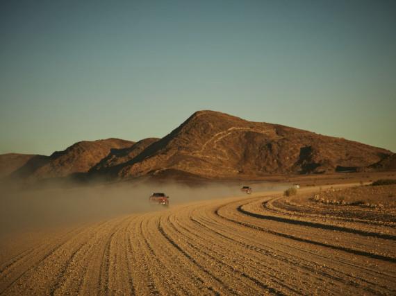 Hilux-Konvoi in Namibia: Staubfahne ohne Ende
