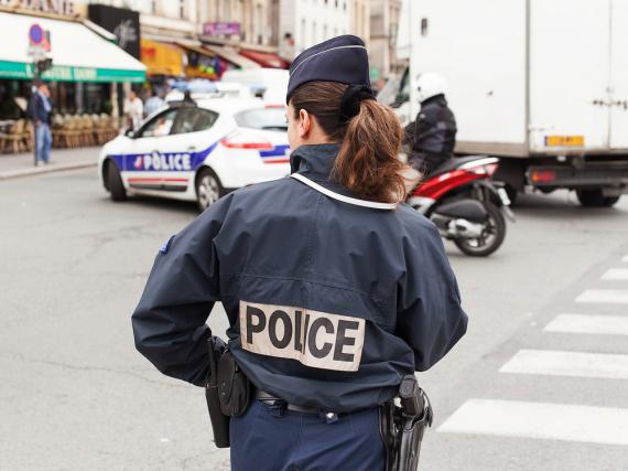 Eine uniformierte Polizistin bewacht eine Demonstration in Frankreichs Hauptstadt Paris.