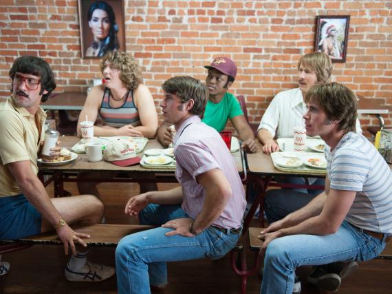 Die fünf Schürzenjäger um Neuzugang und Hauptfigur Jake (Blake Jenner, r.).