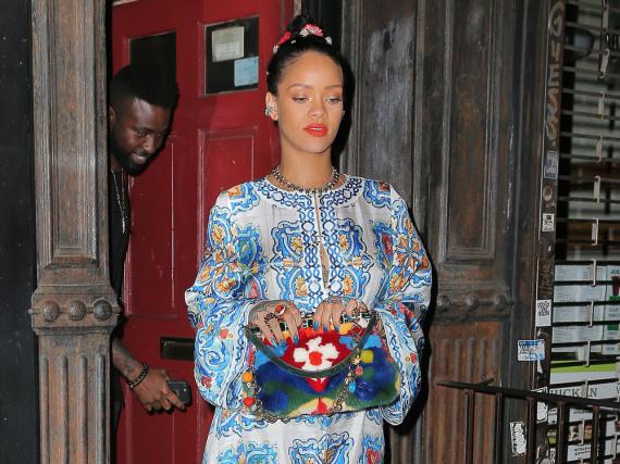 Rihanna verzauberte bei einem Abendessen mit Freundin Naomi Campbell in einem bunten Maxikleid von Dolce&Gabbana