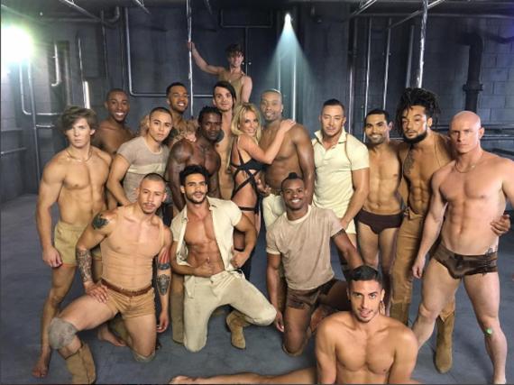 Britney Spears inmitten ihrer Tänzer-Crew