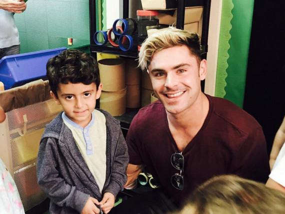 Zac Efron zeigte beim Besuch einer Grundschule erstmals seine neue Frisur