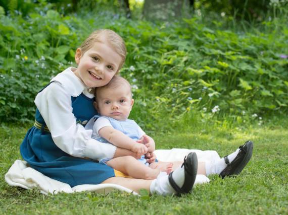 Royale Geschwistergrüße von Estelle und Oscar