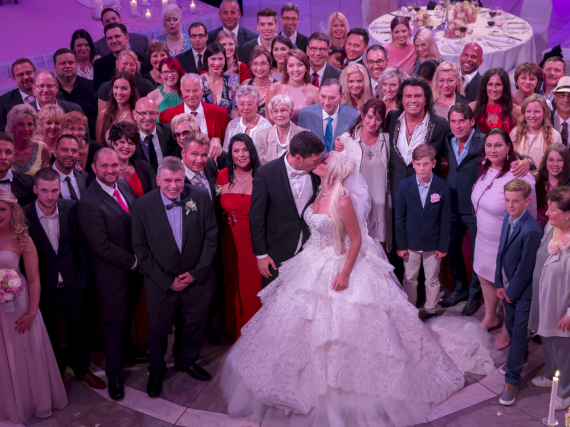 Daniela Katzenberger und Lucas Cordalis mit ihrer Hochzeitsgesellschaft
