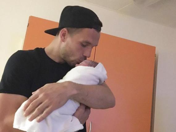 Lukas Podolski und seine kleine Tochter