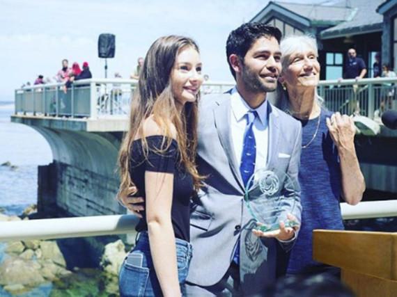 Adrian Grenier posiert mit Paul Walkers Tochter Meadow (l.) und der Preisverleiherin Julie Packard