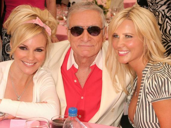 Hugh Hefner zwischen den Blondinen Bridget Marquardt (l.) und Dalene Kurtis bei einem