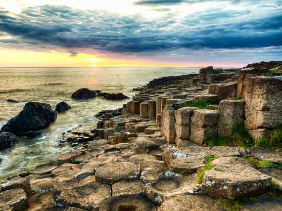 Definitiv nichts für Strandurlauber: Die Küsten Nordirlands sind steil und schroff - aber auch wunderschön,...