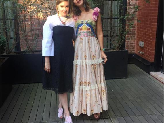Lena Dunham (l.) mit Schmuck-Designerin Irene Neuwirth vor der Verleihung der CFDA Fashion Awards