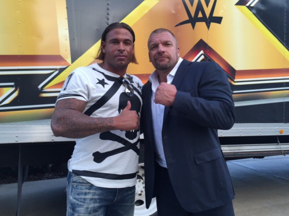 Tim Wiese neben dem Profi-Wrestler Paul Levesque alias Triple H