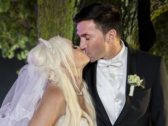 Hochzeitskuss für die wartenden Fans: Daniela Katzenberger und Lucas Cordalis