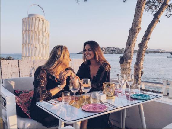 Janina Uhse genießt den Urlaub mit ihrer Mutter auf Ibiza