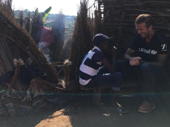 David Beckham im Gespräch mit einem Jungen in Swasiland
