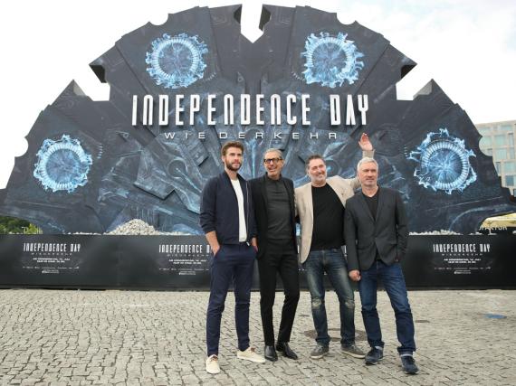 Liam Hemsworth (v.l.n.r.), Jeff Goldblum, Harald Kloser und Roland Emmerich in Berlin