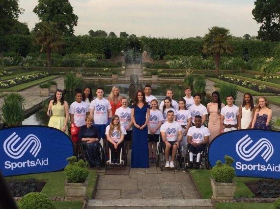 Die Herzogin (Mitte) in the Sunken Gardens beim Kensington Palace mit aktuellen und früheren Athleten des Teams