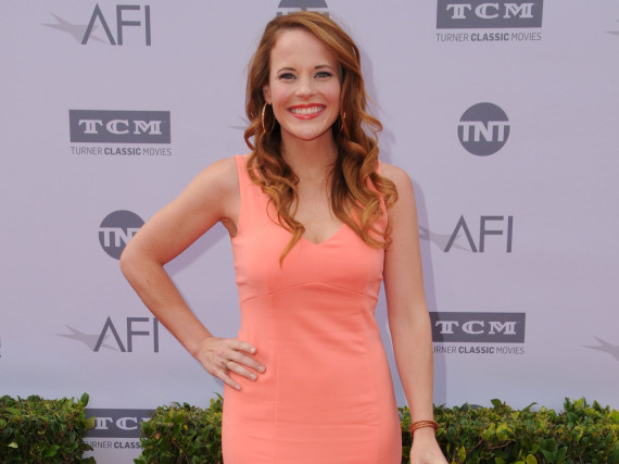 Katie Leclerc erschien zu einem Gala-Event in Hollywood ganz sommerlich in einem apricotfarbenen Kleid