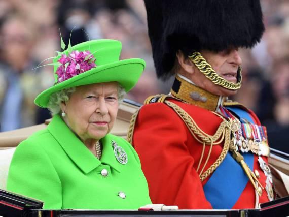 Nicht zu übersehen: Queen Elizabeth in der königlichen Kutsche neben ihrem Gatten Prinz Philip
