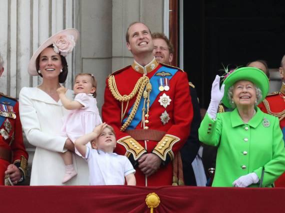 Zum Abschluss der Parade zeigten sich die Royals auf dem Balkon des Buckingham Palace: Catherine (v.l.n.r.), Charlotte, George, William und die Queen