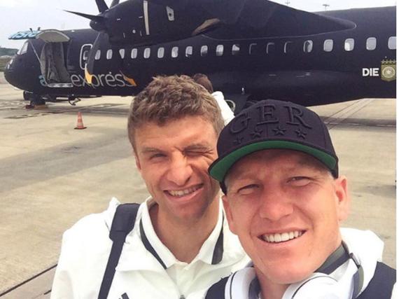 Bastian Schweinsteiger und Thomas Müller sind in Lille angekommen