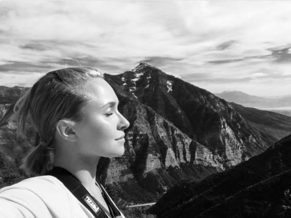 Ein Bild das Optimismus ausstrahlt: Hayden Panettiere vor einer Bergkulisse