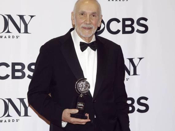 Frank Langella mit seiner Auszeichnung bei den Tony Awards