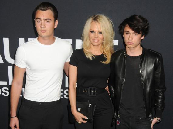 Pamela Anderson mit ihren Söhnen Brandon (l.) und Dylan bei einer Veranstaltung im Februar 2016 in Los Angeles
