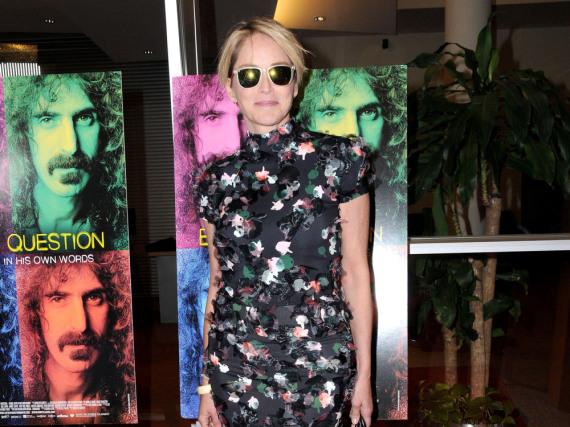 Sharon Stone kombiniert ihr edles Kleid mit einer modernen