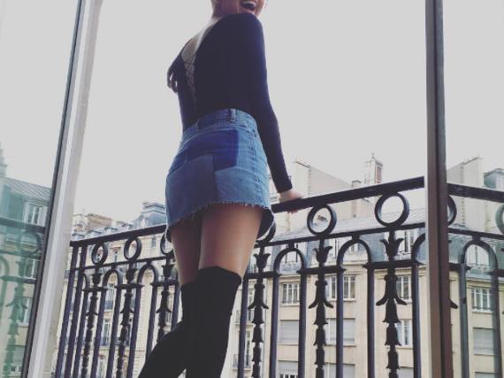 Popstar Selena Gomez genießt die Balkon-Aussicht über Paris