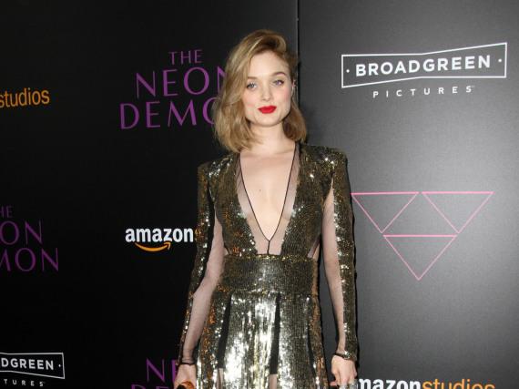 Bella Heathcote überstrahlt in ihrem goldenen Kleid alle