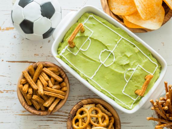 Motto-Snacks: Richten Sie eine cremige Guacamole als Spielfeld an